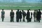 Le terroriste Carlos sur le tarmac de l'aéroport d'Alger, encadré à l'extrême-gauche et à droite par des agents de la sécurité algérienne : Abdelaziz Naid (futur commissaire de la Sûreté nationale à Tizi-Ouzou), le ministre de l'Intérieur, le colonel Abdel Ghani (qui parle avec Carlos), le ministre de l'Industrie et de l'Energie, Belaïd Abdessalam, le chef de la Sûreté nationale, le colonel Draia, Abdelaziz Bouteflika, le ministre des Affaires étrangères (à droite de Carlos), et, derrière lui, le sous-directeur de la Sûreté nationale et futur ministre de l'Interieur, le 23 décembre 1975.