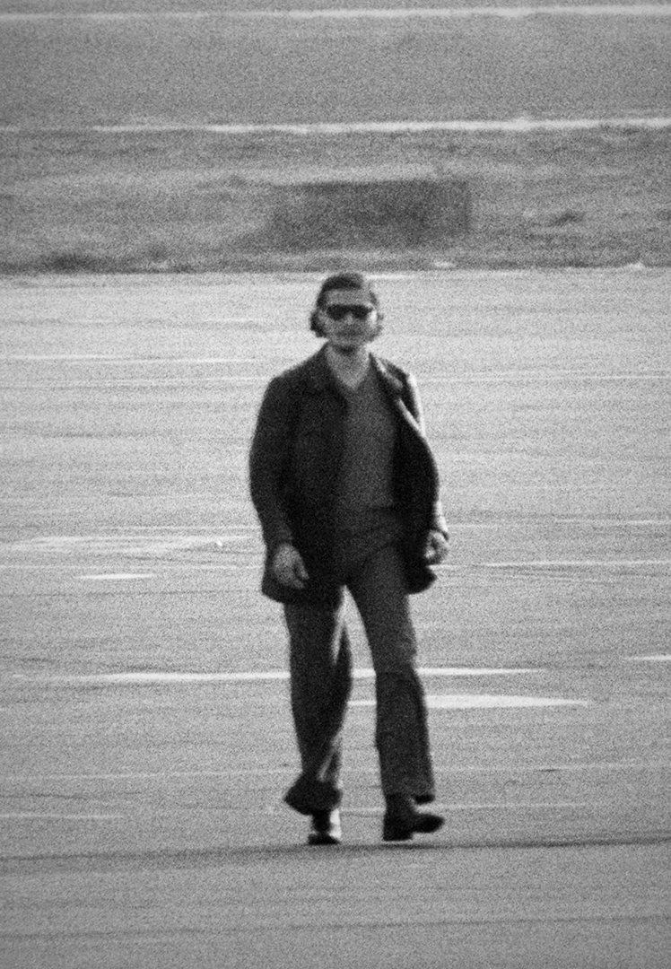 Une des rares photos de Carlos (Vladimir Illich Ramirez) prise sur le tarmac de l'aéroport d'Alger, à la fin de la prise d'otages commencée à Vienne au siège de l'Opep, le 22 décembre 1975.