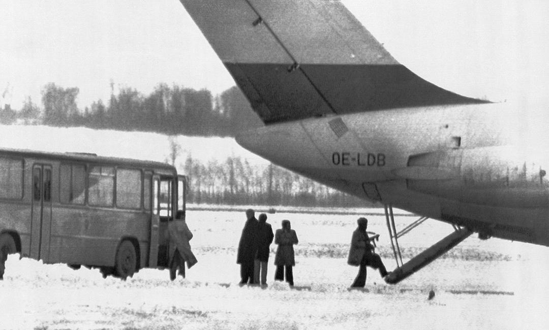 Les terroristes embarquant à bord du DC-9. Au centre, les médiateurs du ministère algérien de l'Intérieur. Carlos serait l'homme à gauche en trench-coat blanc.