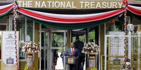 Ukur Yatani, le ministre des Finances kényan, avec la mallette contenant le budget du gouvernement pour l'année fiscale 2020/21 à Nairobi, le 11 juin 2020.