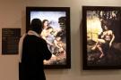 Un homme regarde une oeuvre de Léonard de Vinci lors de l'exposition «Opera Omnia Leonardo», organisée au Musée des civilisations noires de Dakar, Sénégal, le 22 janvier 2021.