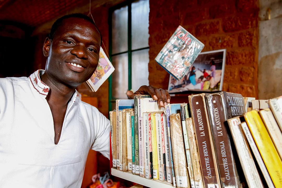 Simon Nacoulma, directeur de l'ONG Nazemse, dans la bibliothèque de Ouagadougou, Burkina Faso.