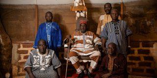 Le Wemba Ligdi, chef traditionnel du quartier de Wemtenga, à Ouagadougou, entouré de sa cour.
