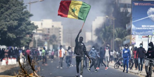 Un manifestants pro-Sonko, lors des heurts avec les forcs de l'ordre, le 4 mars 2021 à Dakar.