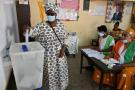Une femme vote aux élections législatives ivoiriennes à Yopougon, un quartier d'Abidjan, le 6 mars 2021.