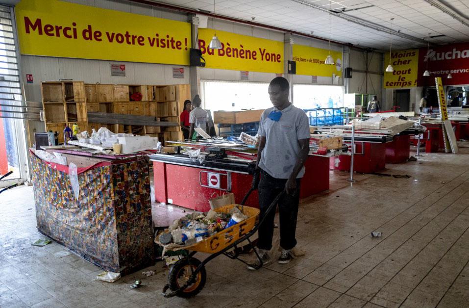Un commerce endommagé lors des manifestations qui ont suivi la mise en détention du leader de l'opposition sénégalaise Ousmane Sonko, le 6 mars 2021, à Dakar.