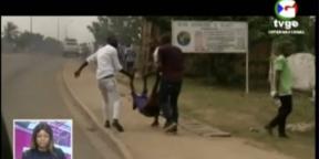 Des civils transportent l'une des victimes des explosions de Bata, le 7 mars 2021 en Guinée équatoriale.
