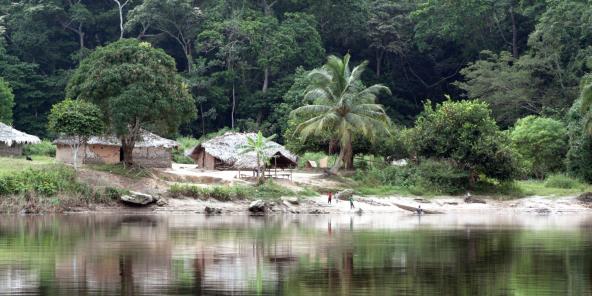 Village au bord du fleuve Lukenye, en RDC.