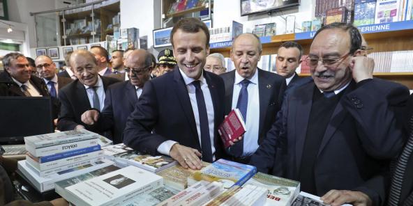 Le président Emmanuel Macron, au centre, visite la librairie du Tiers Monde à Alger, le 6 décembre 2017.