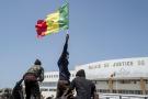 Des manifestants célèbrent la libération d'Ousmane Sonko aux alentours du palais de justice de Dakar, le 8 mars