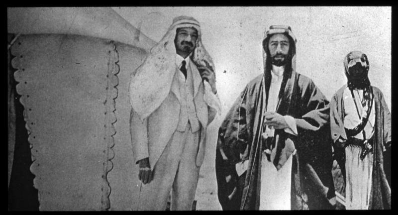 Fayçal ben Hussein (au centre) et Chaim Weizmann (à gauche, portant aussi une tenue bédouine), futur président de l'Organisation sioniste mondiale, en 1919.