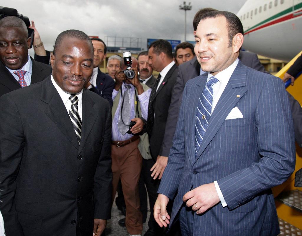 Le roi du Maroc Mohammed VI (à droite) est accueilli par le président de la République démocratique du Congo Joseph Kabila (à gauche) peu après son arrivée, le 27 février 2006, à Kinshasa.