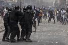 Des manifestants jettent des pierres sur des policiers anti-émeutes lors de manifestations contre l'arrestation du leader de l'opposition et ancien candidat à la présidence Ousmane Sonko à Dakar, Sénégal, vendredi 5 mars 2021.