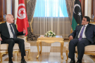 Le président tunisien Kais Saied (à gauche) a été reçu à son arrivée par le nouveau chef du Conseil présidentiel libyen, Mohammad Menfi (à droite), le 17 mars à Tripoli.