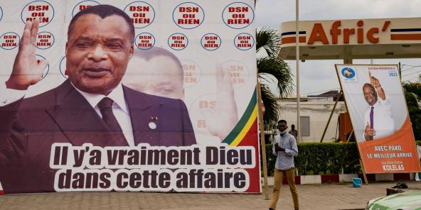 Une affiche du président sortant, Denis Sassou Nguesso, et une autre de l'opposant Guy-Brice Parfait Kolelas, le 12 mars 2021 à Brazzaville.
