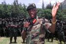 Le chef de l'armée rwandaise, James Kabarebe, s'adresse aux soldats qui se retirent de l'est du Congo, le 27 septembre 2002.