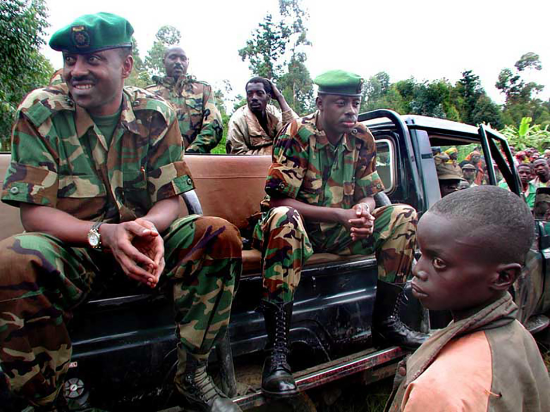Le colonel rwandais Jean Bosco Kasura (à gauche) et le général de division James Kabarebe (à droite).