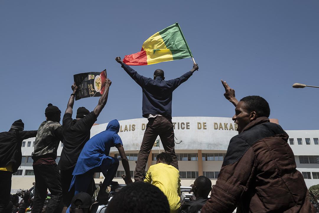 Des manifestants pro-Sonko devant le palais de justice de Dakar, le 8 mars 2021.