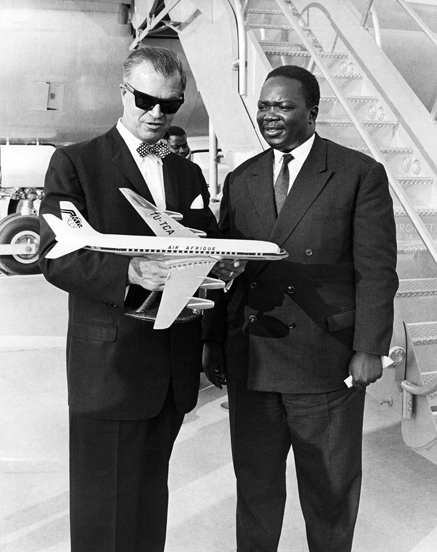 Le PDG d'Air Afrique Cheikh Boubacar Fall présente la compagne à l'assistant du secrétaire d'État américain aux Affaires africaines, à Washington, le 19 octobre 1963