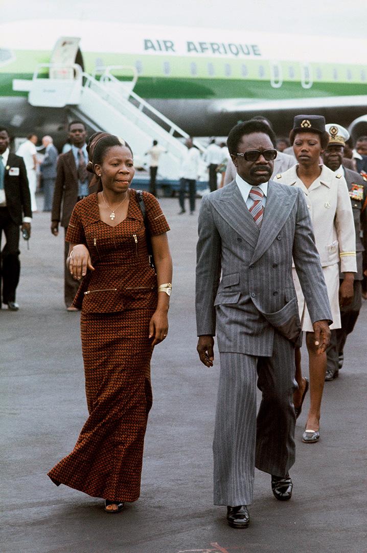 Omar Bongo et son épouse Patience Dabany à l'aéroport de Libreville, quelques mois après avoir annoncé le départ du Gabon de la compagnie multinationale.