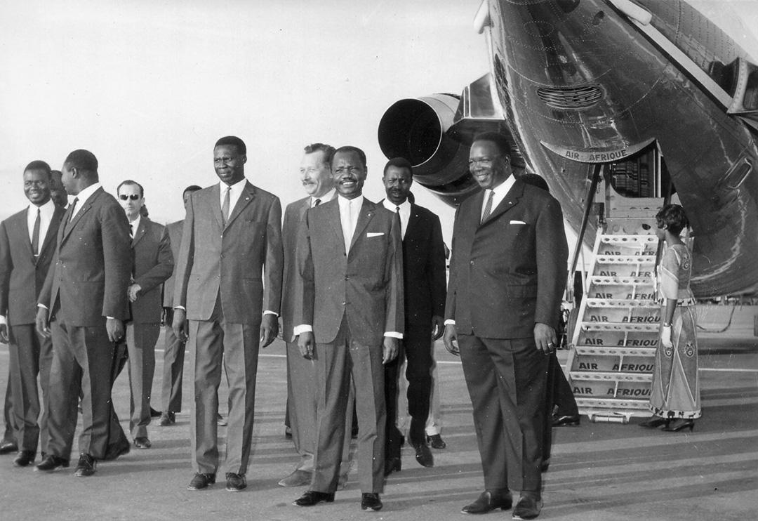 Le premier PDG d'Air Afrique, le Sénégalais Cheikh Fall (dr.), accueilli à N'Djamena par le président François Tombalbaye (millieu).