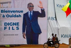 Une affiche du président béninois Patrice Talon, en tournée à Ouidah, le 8 décembre 2020.