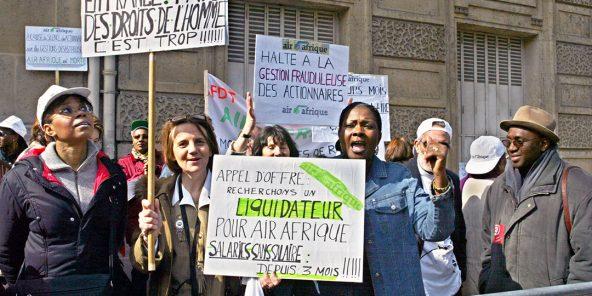 Manifestation à Paris d'anciens amployés d'Air Afrique, le 28 mai 2002.