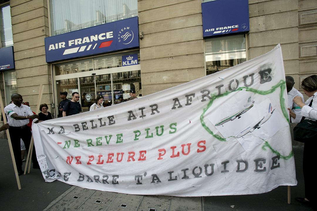 Manifestation des anciens salaries d'Air Afrique devant les locaux d'Air France, avenue de l'opéra à Paris.