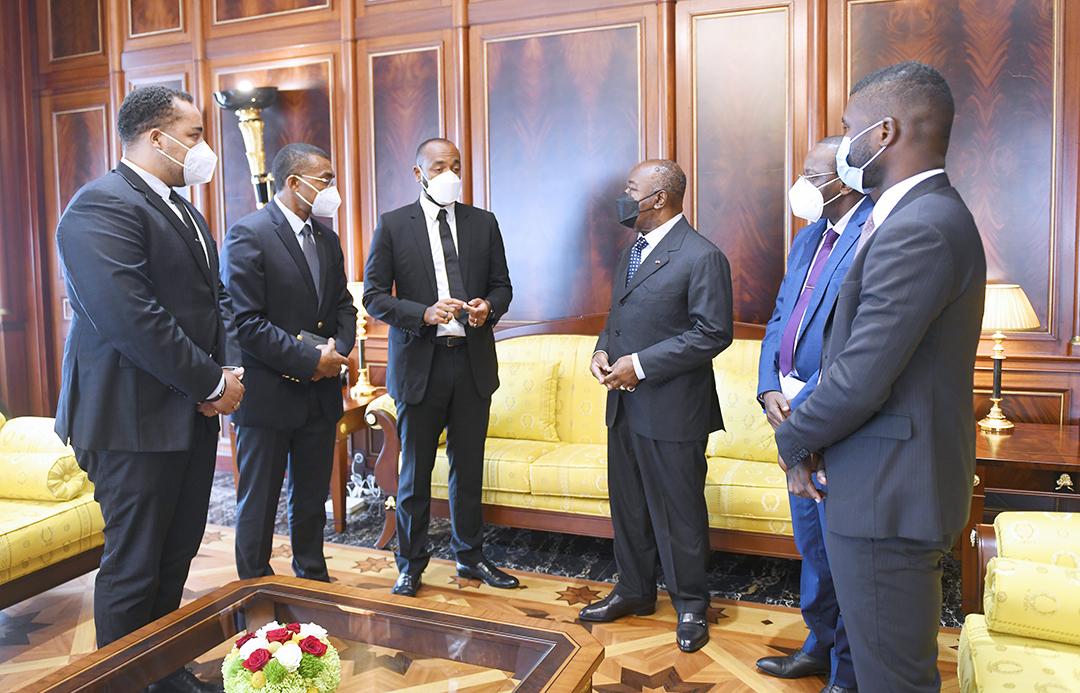 Le chef de l'État (au centre), Noureddin Bongo Valentin, le coordinateur des affaires présidentielles (à sa droite) et les membres du cabinet présidentiel, à Libreville, le 19 novembre 2020.