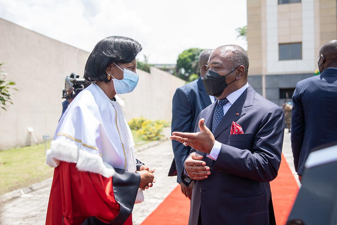 Ali Bongo Ondimba et Marie-Madeleine Mborantsuo, la présidente de la Cour constitutionnelle,à Libreville, le 18 mars 2021.