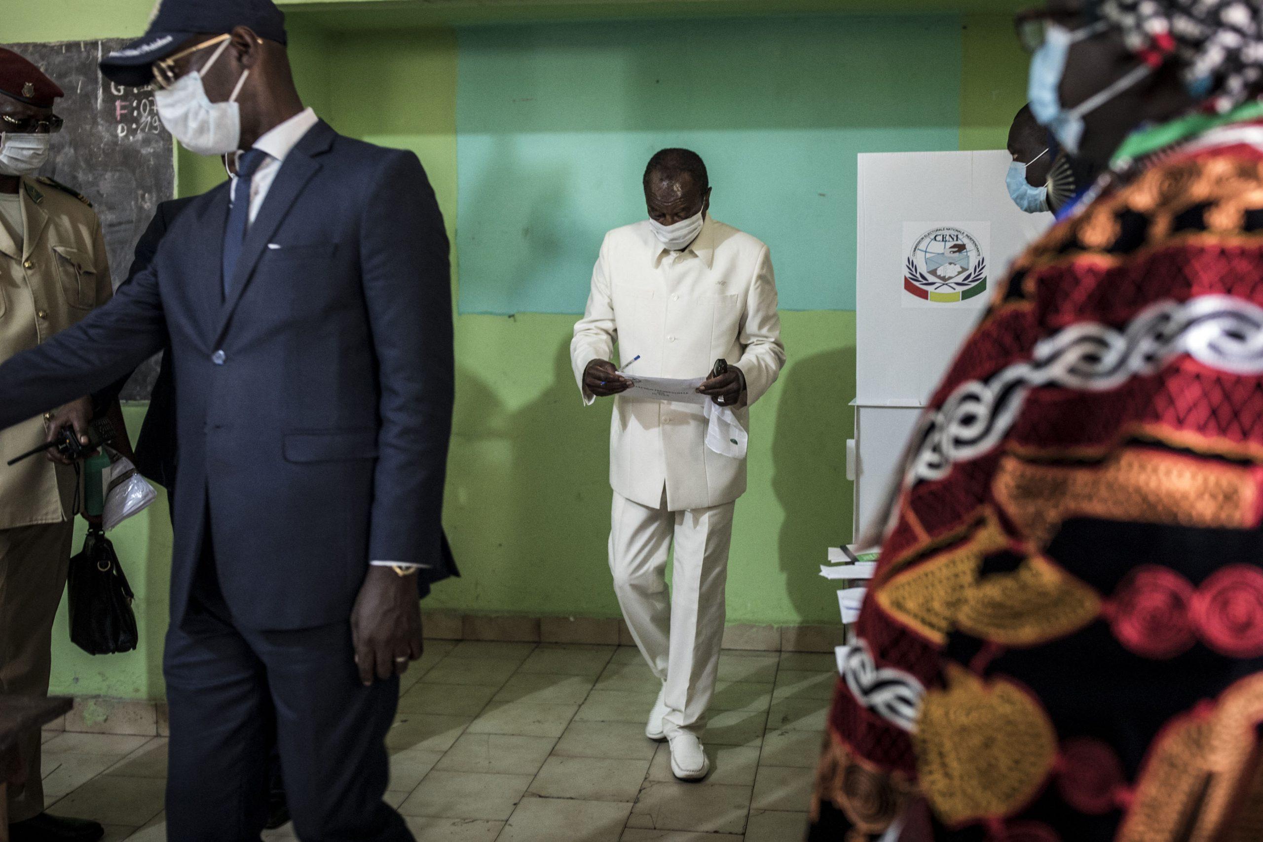 Alpha Condé, à la sortie du bureau de vote de Conakry où il vient de voter pour la présidentielle, le 18 octobre 2020.
