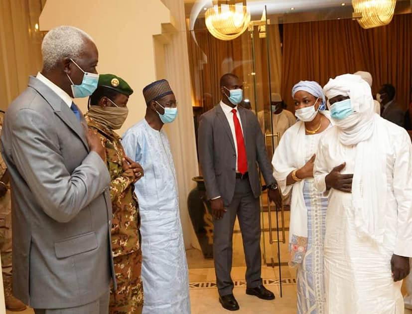 Soumaïla Cissé est accueilli par Bah N'Daw au palais présidentiel de Bamako, le 9 octobre 2020.