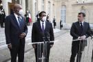 Le président français Emmanuel Macron, à droite, Mohamed Al Menfi, président du Conseil présidentiel libyen, au centre, et Musa al-Koni, vice-président du Conseil présidentiel libyen, à gauche, arrivent pour prononcer un discours à l'issue d'une réunion, au palais de l'Élysée, à Paris, le 23 mars 2021.