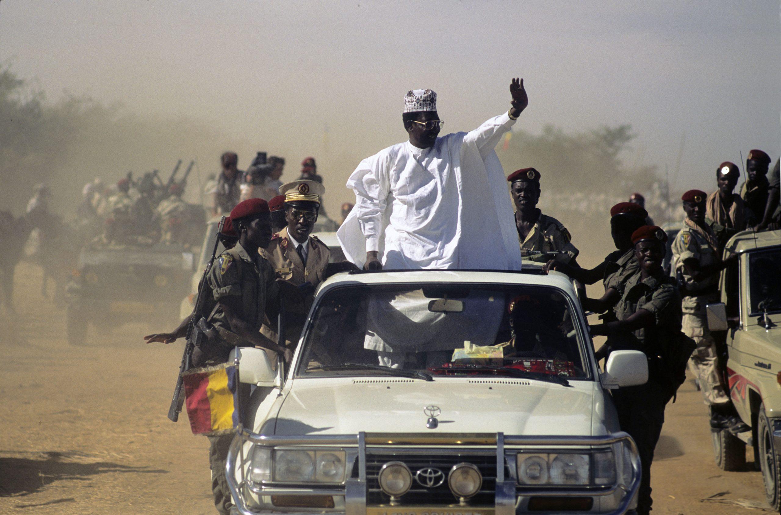 Idriss Déby Itno entre dans Ati (préfecture du Batha, dans le centre du Tchad), en février 1991.