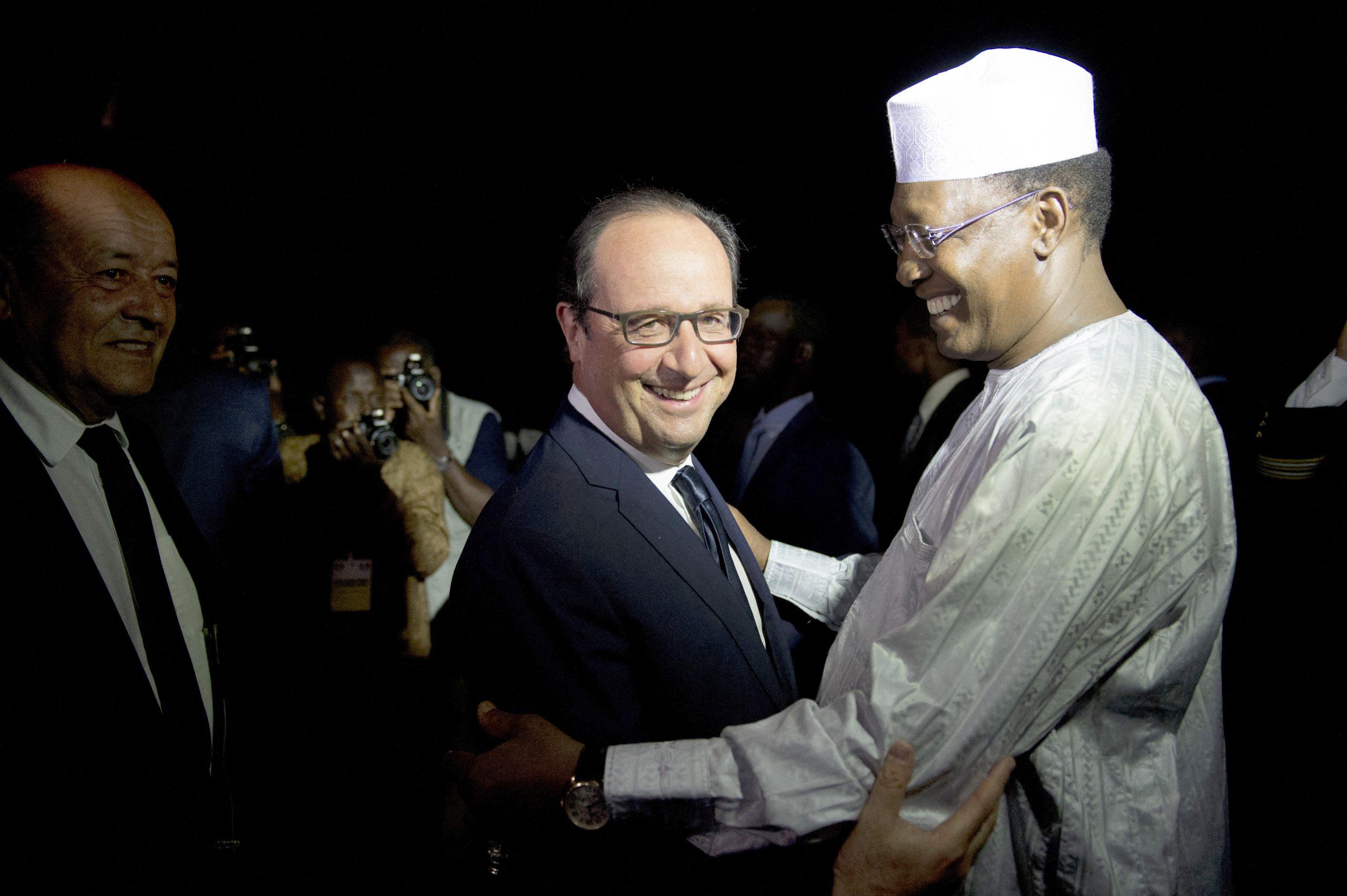 Idriss Déby Itno, avec Jean-Yves Le Drian (à g.), le ministre français de la Défense, et avec le président François Hollande, à N'Djamena, le 18 juillet 2014.