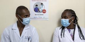 En mars 2021, deux médecins kenyans attendent d'être vaccinés contre le Covid-19.