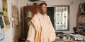 L'historien, dramaturge et écrivain guinéen Djibril Tamsir Niane dans son bureau, à Conakry, en janvier 2017.