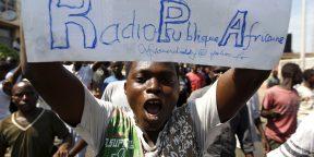 Un manifestant brandit une pancarte sur laquelle on peut lire le nom de la RPA, média interdit au Burundi, lors des manifestations contre Pierre Nkurunziza, en avril 2015 à Bujumbura.
