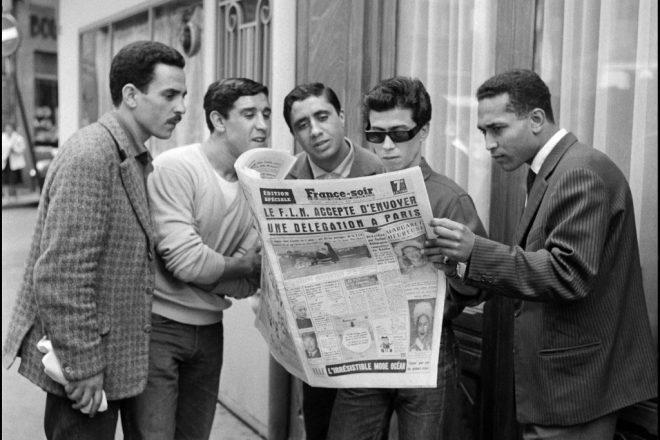 Des jeunes Algériens à Paris lisant la presse, le 20 juin 1960.