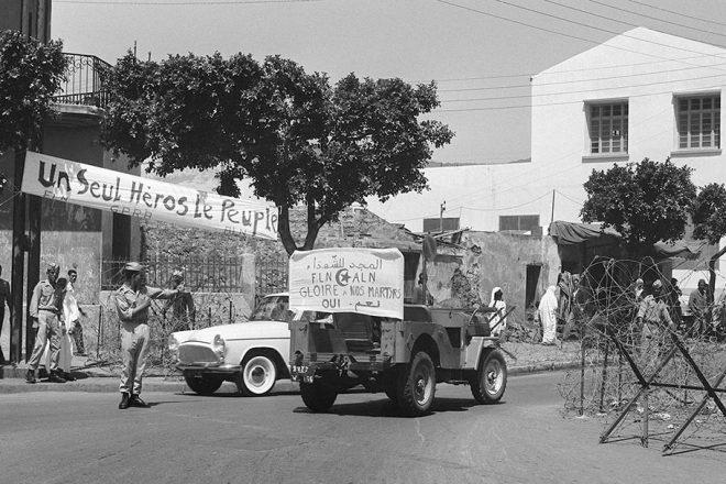 Alger au mois de juillet 1962, juste après la proclamation de l'indépendance et l'entrée dans la ville des troupes de l'ALN (Armée de libération nationale).