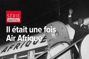 Le président burkinabè Maurice Yameogo embarque sur un vol Air Afrique, au début des années 1960.