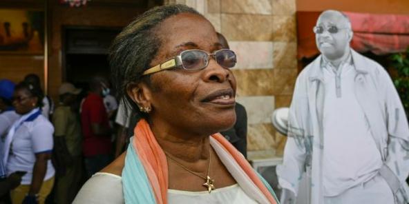 La soeur cadette de Laurent Gbagbo, Jeannette Koudou, répond aux journalistes à l'occasion de son retour au pays après dix ans d'exil, le 30 avril 2021 à Abidjan.