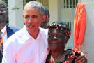 Barack Obama et sa grand-mère Sarah à Kogelo, en juillet 2018