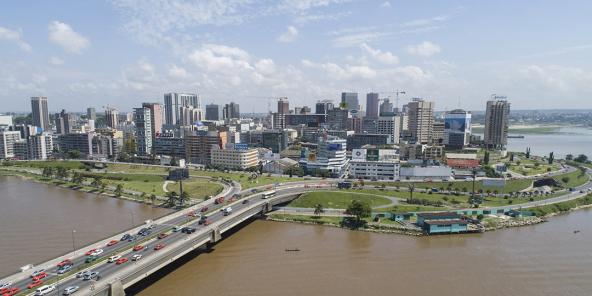 Quartier du Plateau et pont Charles-de-Gaulle à Abidjan