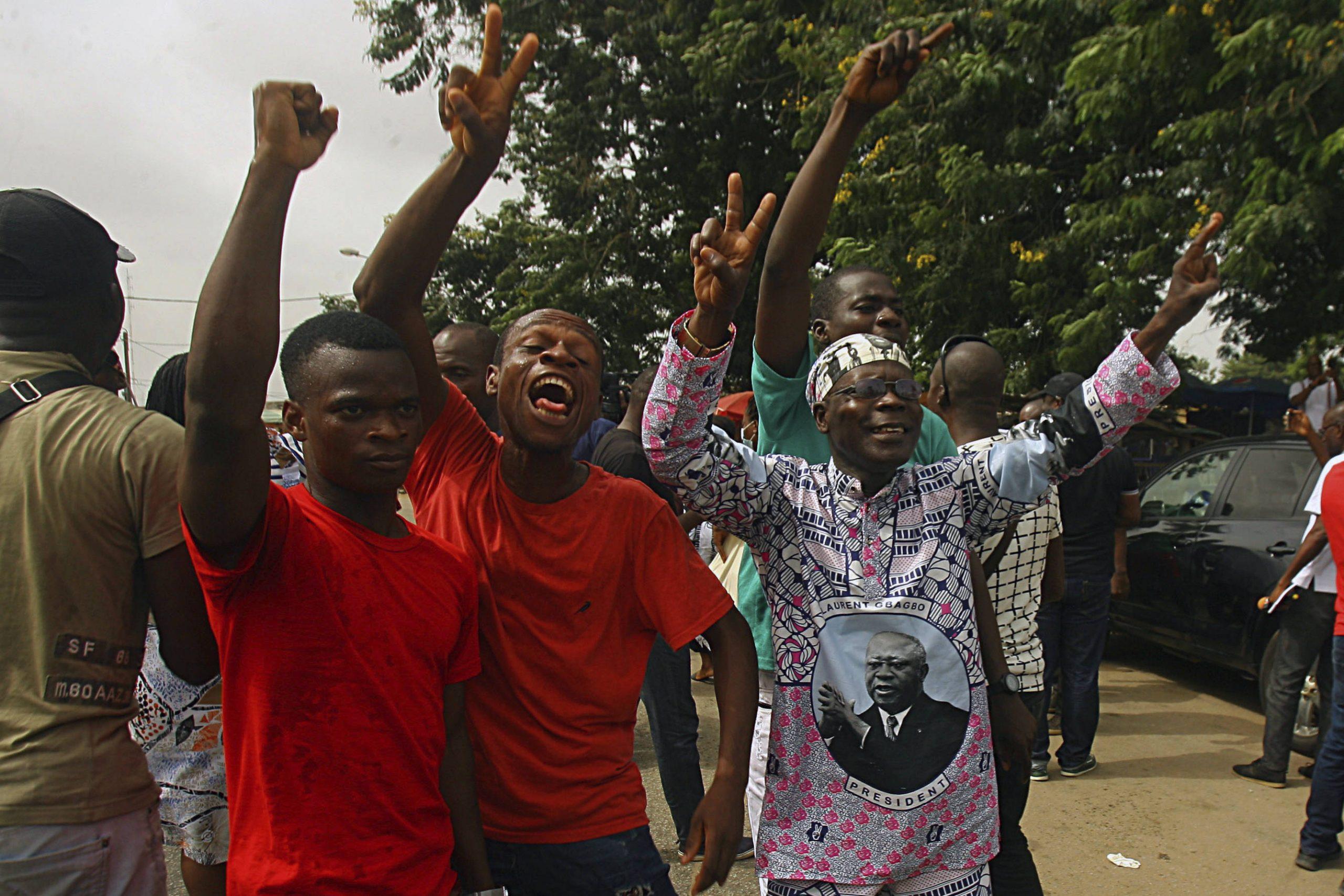 A Abidjan, le 31 mars 2021, des militants pro-Gbagbo célèbrent l'acquittement définitif de l'ancien président ivoiren par la chambre d'appel de la CPI.