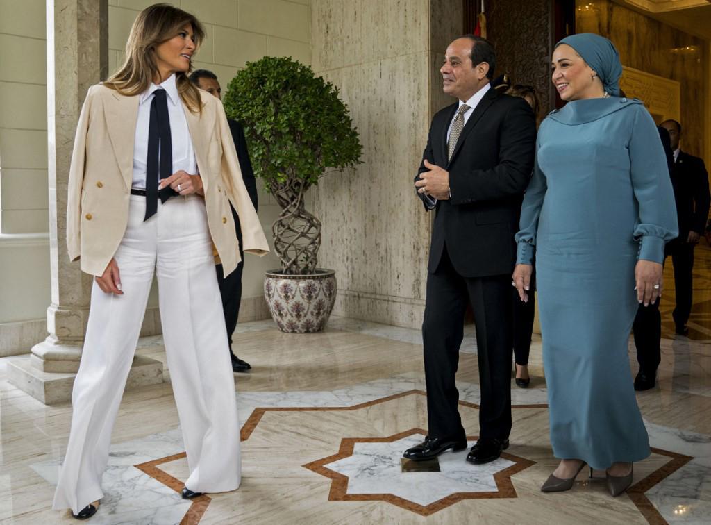 Abdel Fattah al-Sissi, le chef de l'État égyptien, et Intissar, son épouse, accueillent Melania Trump, la première dame des États-Unis, au Caire, le 6 octobre 2018.
