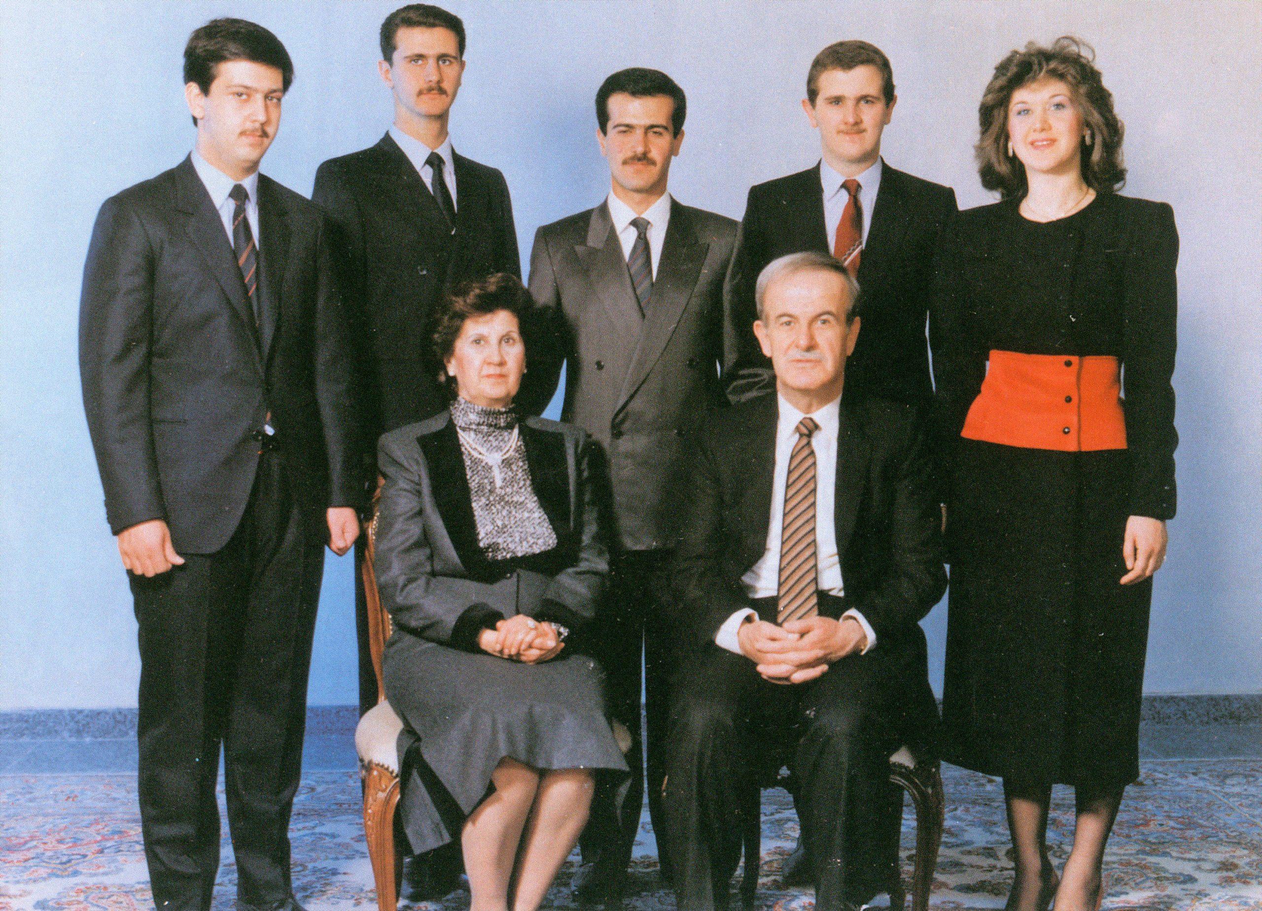 Hafez al-Assad, le raïs syrien, et son épouse, Anissa, en 1986. Derrière eux, de g. à dr.: leurs fils Maher, Bachar, Bassel, Majd, et leur fille, Bouchra.
