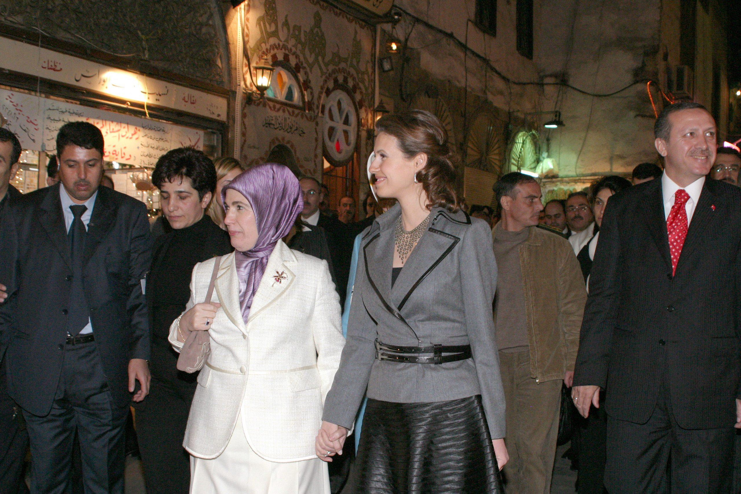 Asma al-Assad fait visiter la vieille ville de Damas à Recep Tayyip Erdogan, le Premier ministre turc (à dr.), et à l'épouse de ce dernier, Emine, le 22 décembre 2004.