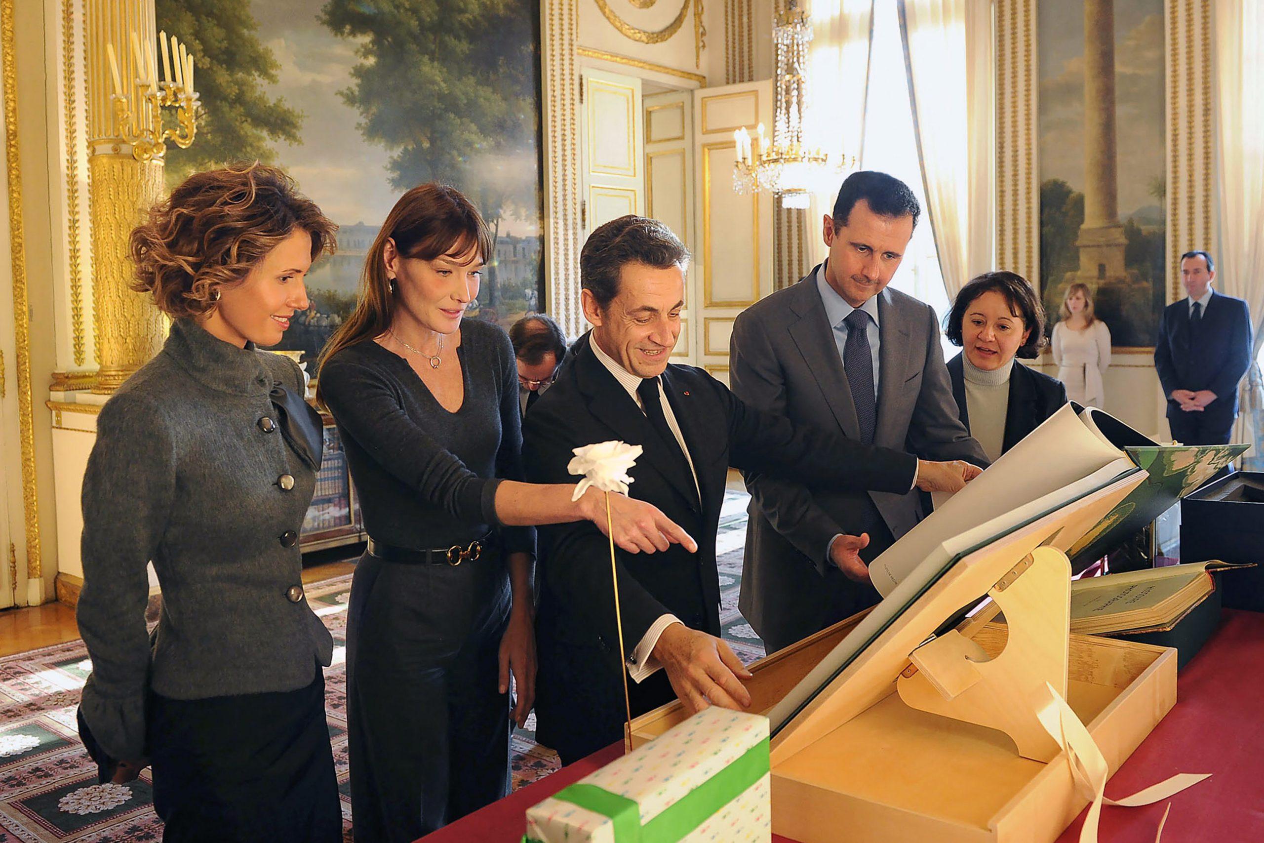 Bachar et Asma al-Assad reçus à l'Élysée par Nicolas Sarkozy et Carla Bruni-Sarkozy, le 9 décembre 2010.