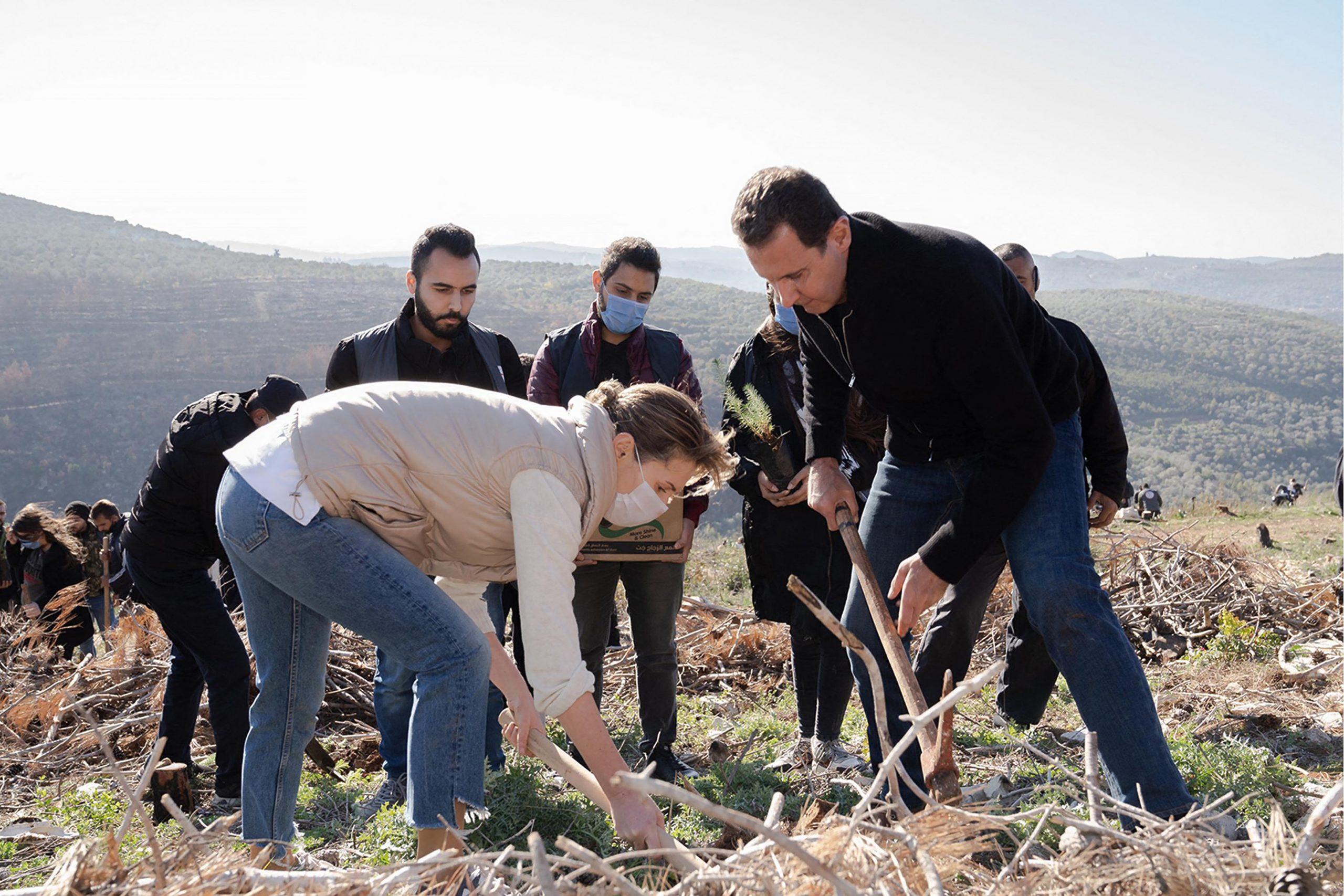Le couple présidentiel participe à une campagne de reboisement à Harsh al-Tufaha, dans l'ouest de la Syrie, le 30 décembre 2020.